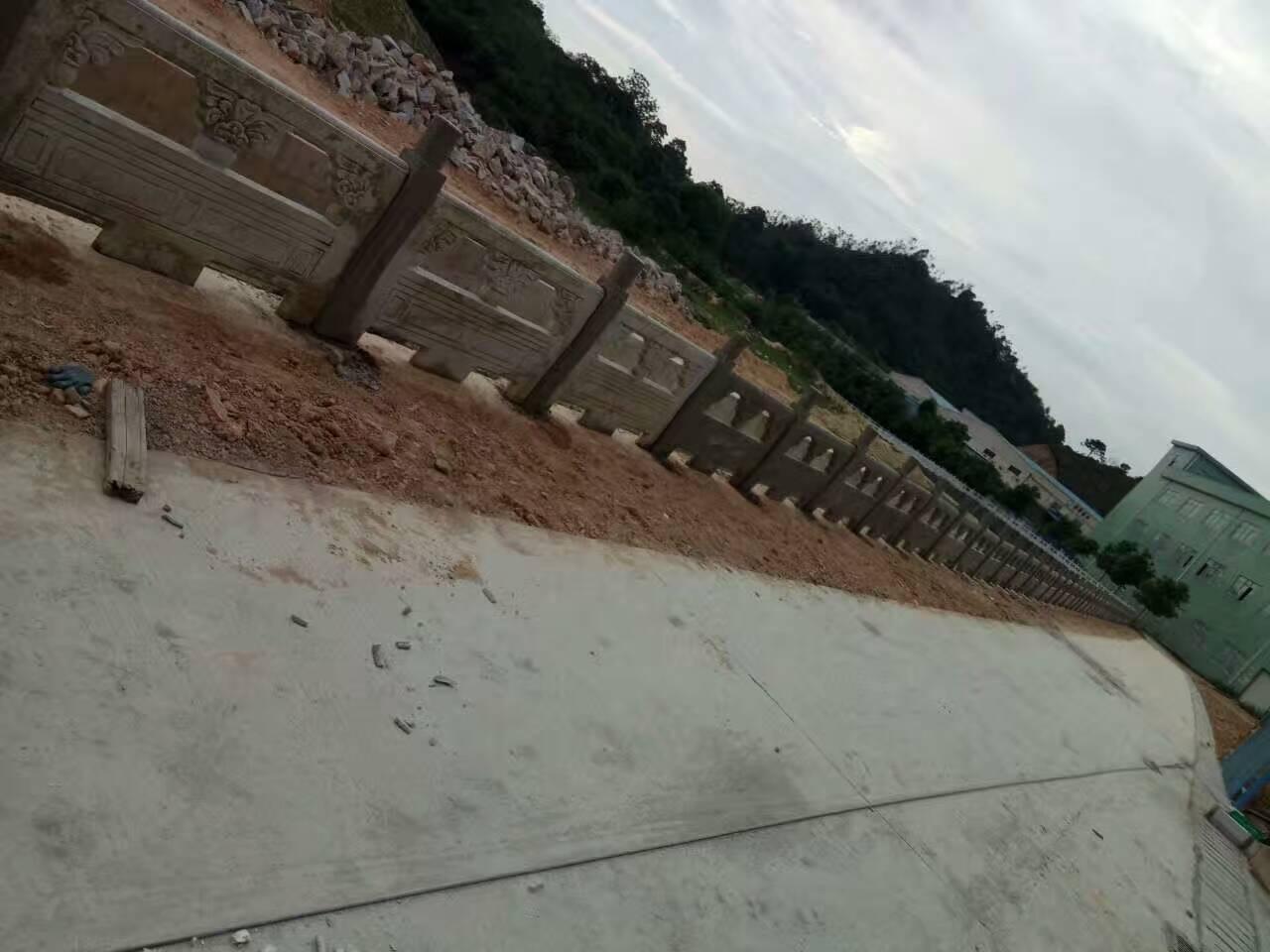 点击放大:坪山河雕花护栏